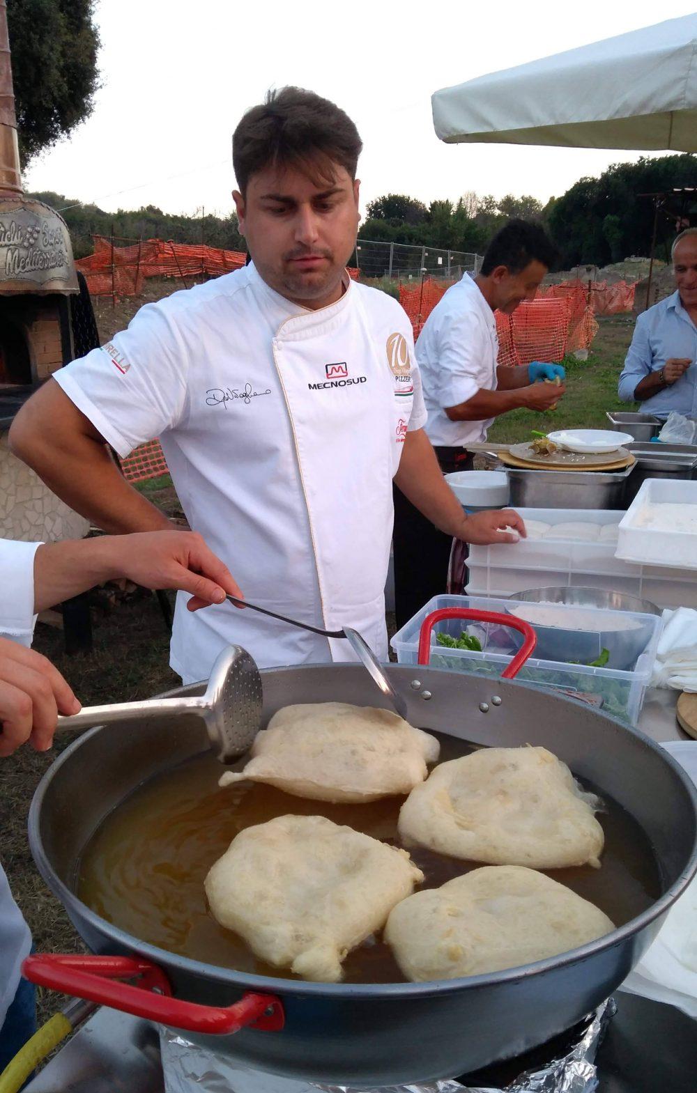 Diego Vitagliano prepara la montanara al cannellino
