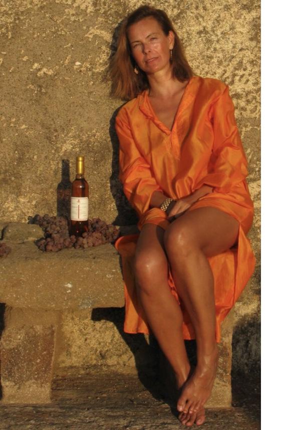L'attrice Carole Bouquet e il Passito di Pantelleria da lei prodotto sull'isola in contrada Serraglio