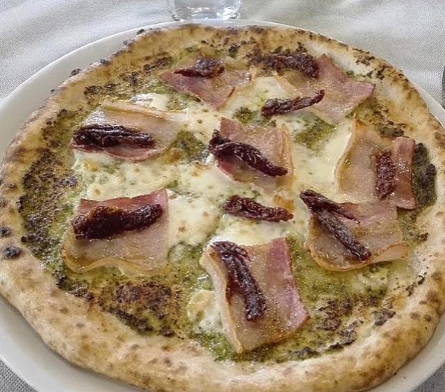Pizzeria Il Solito Posto - Pizza Pesto alla Casertana