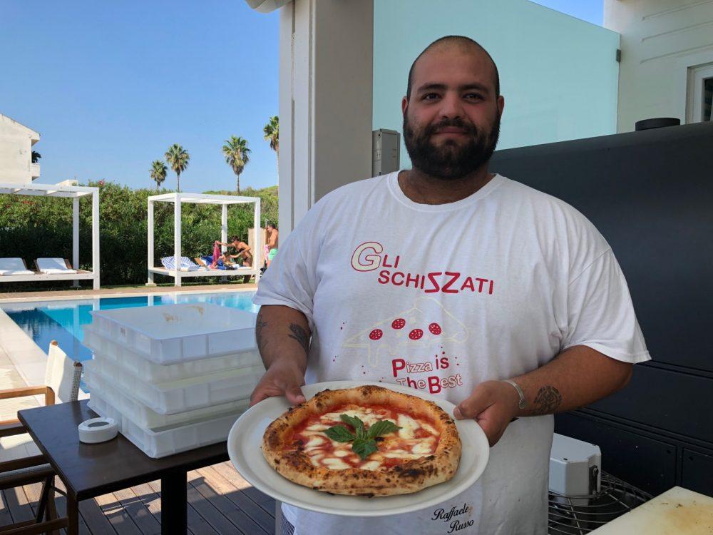 Raffaele Russo a bordo piscina e a bordo forno