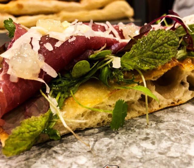 Sciue' Pizzainteglia - Carpaccio di manzo, misticanza, zeste di limone, scsglie di parmigiano e caviale al tartufo