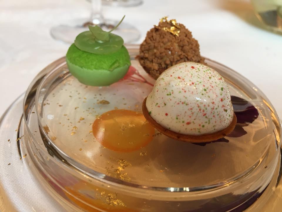 Le Cinq, pre dessert con bon bon alla mela verde, nocciola e vaniglia
