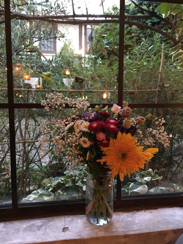 Clamato, fiori freschi alla finestra