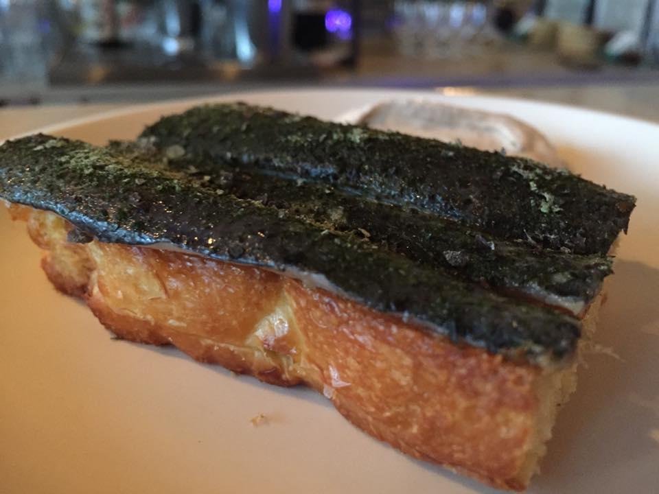 Clamato, sardina marinata con pan brioche e salsa con ginepro affumicato
