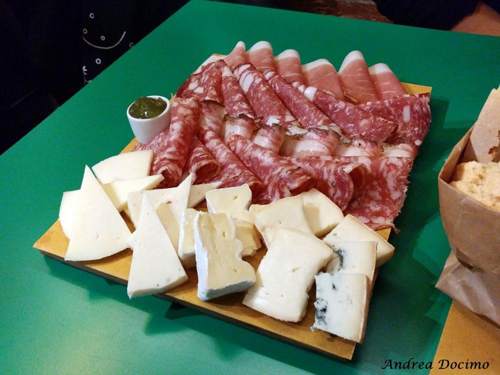 Diorama Pub a Firenze. Il tagliere con salumi e formaggi