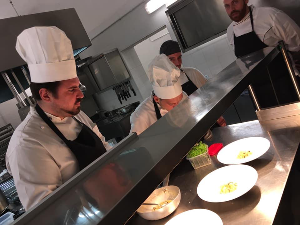 Lo Chef Antonio Grasso e la sua brigata in cucina
