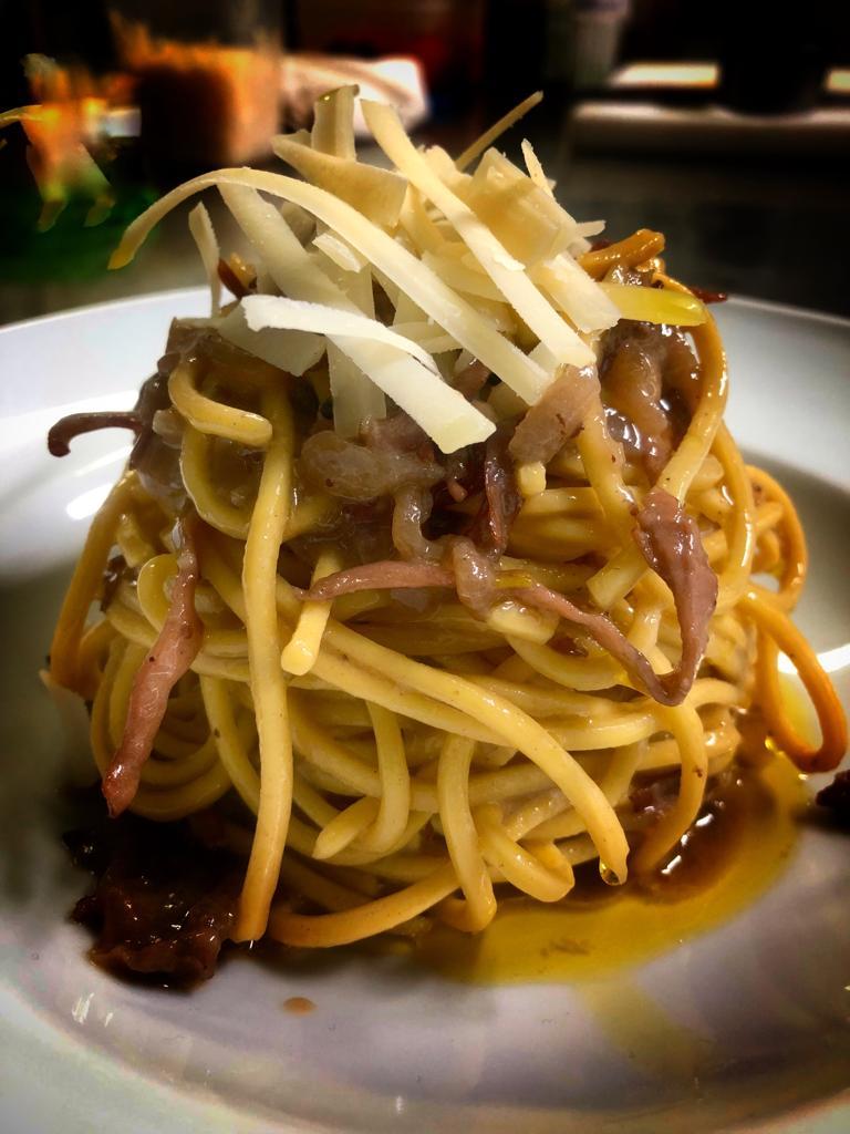 Il Boccon Divino - Spaghetti alla chitarra con guanciale di nero casertano e cipolla di Alife