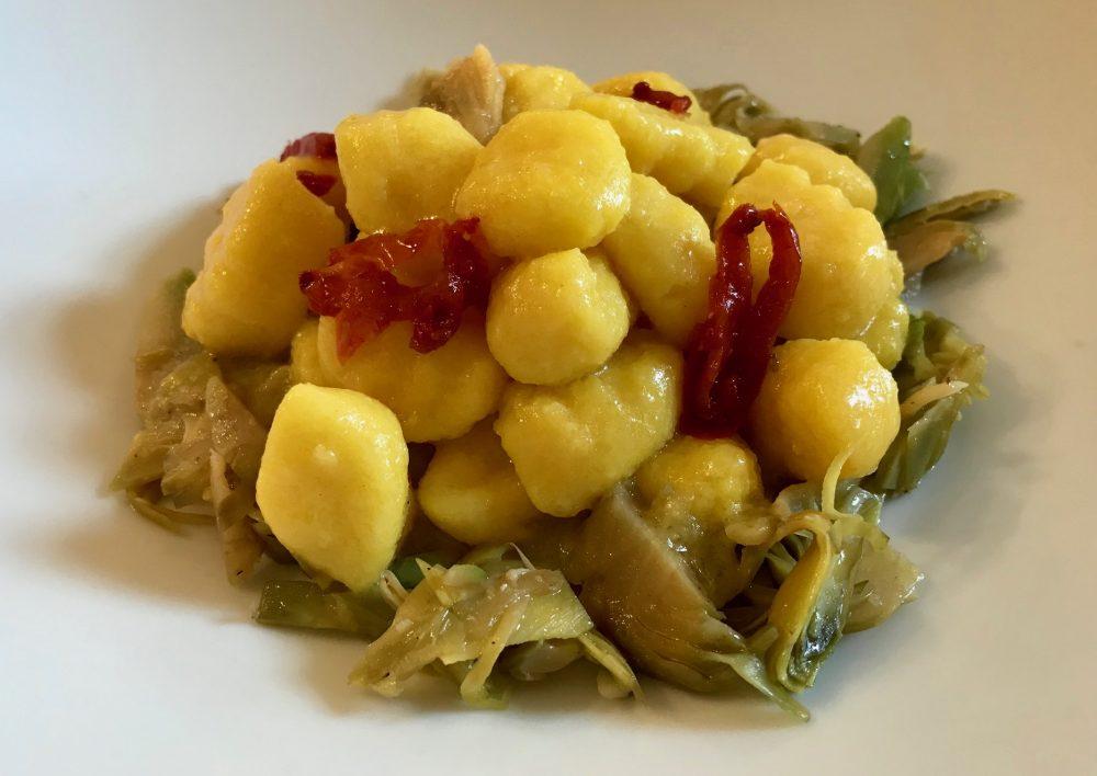 La Piazzetta, Montevecchia, gnocchi di patate allo zafferano con vongole, carciofi e pomodorini secchi