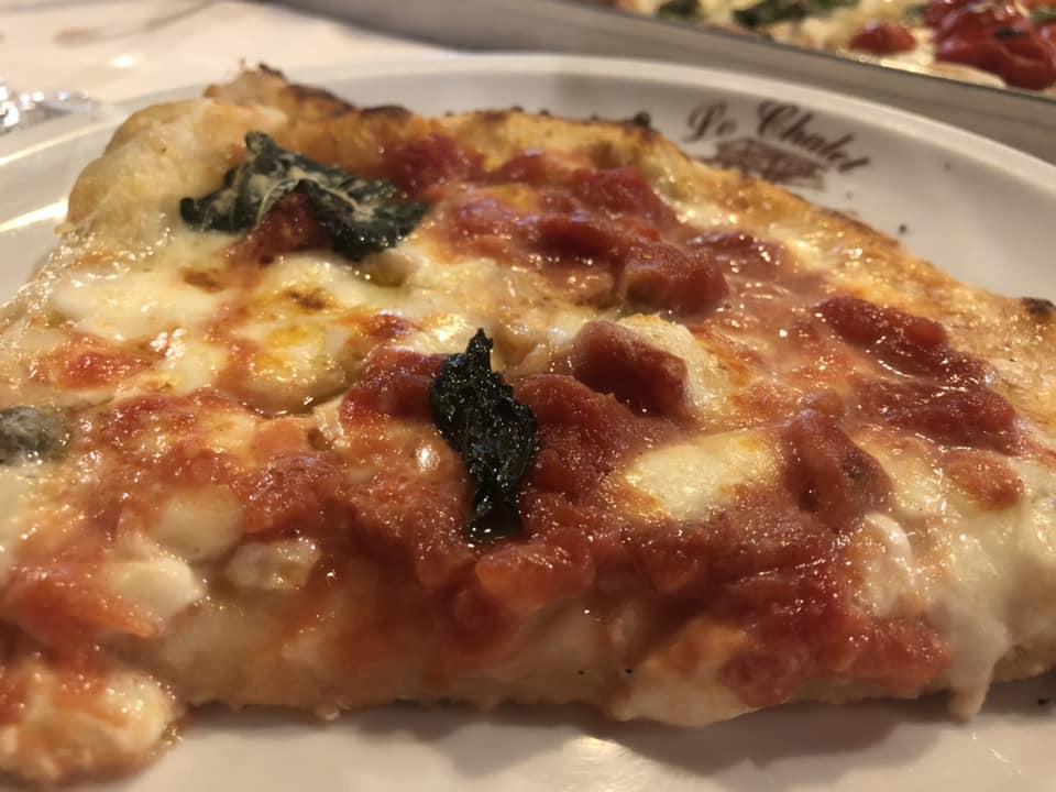 Lo Chalet, pizza a metro margherita con i il pomodoro a pezzettoni