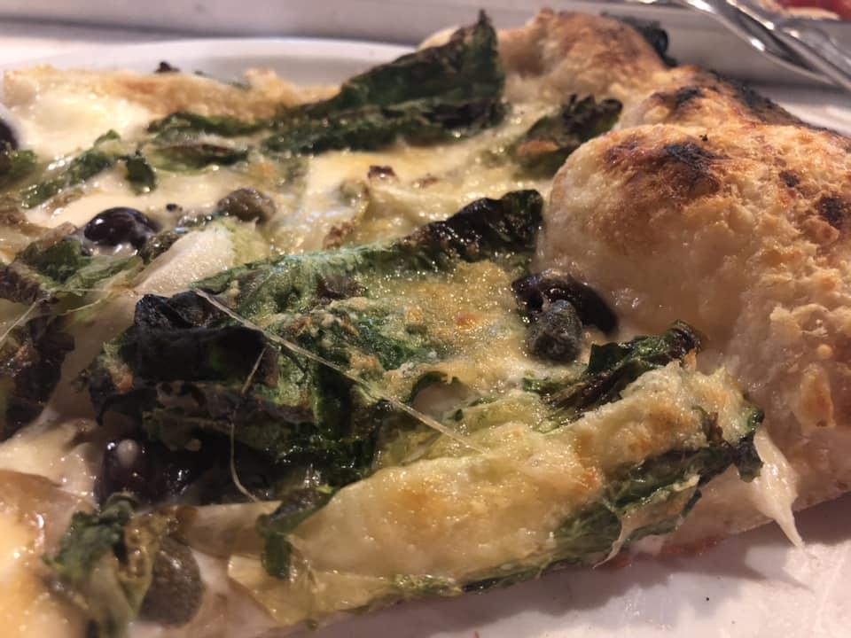 Lo Chalet, pizza coa metro con scarola, mozzarella dop affumicata, olive, capperi e parmigiano reggiano