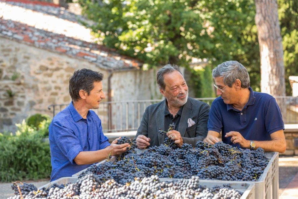 Patrice Taravella tra l'agronomo Francesco Naldi -sulla sinistra e l'enologo Giorgio Marone -sulla destra