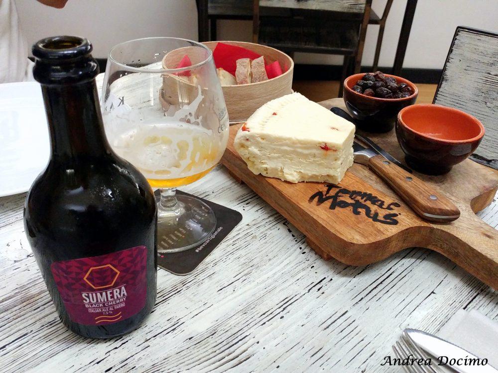 Terrae Motus a Caiazzo. Il tagliere con 'u cas' maniat', le olive infornate e la Sumera Black Cherry di Karma