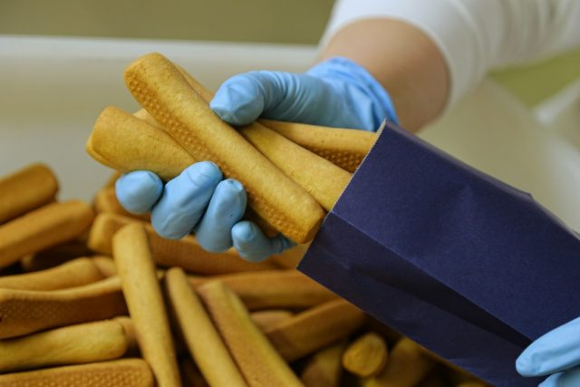 Biscotti di Castellammare del Biscottificio Riccardi confezionati manualmente