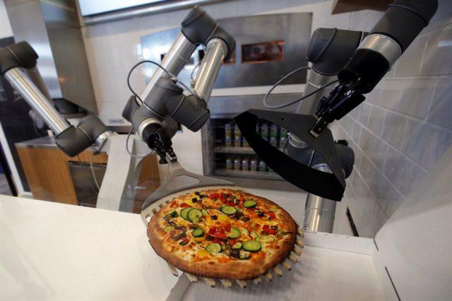 il robot Pazzi di Ekim prepara la pizza