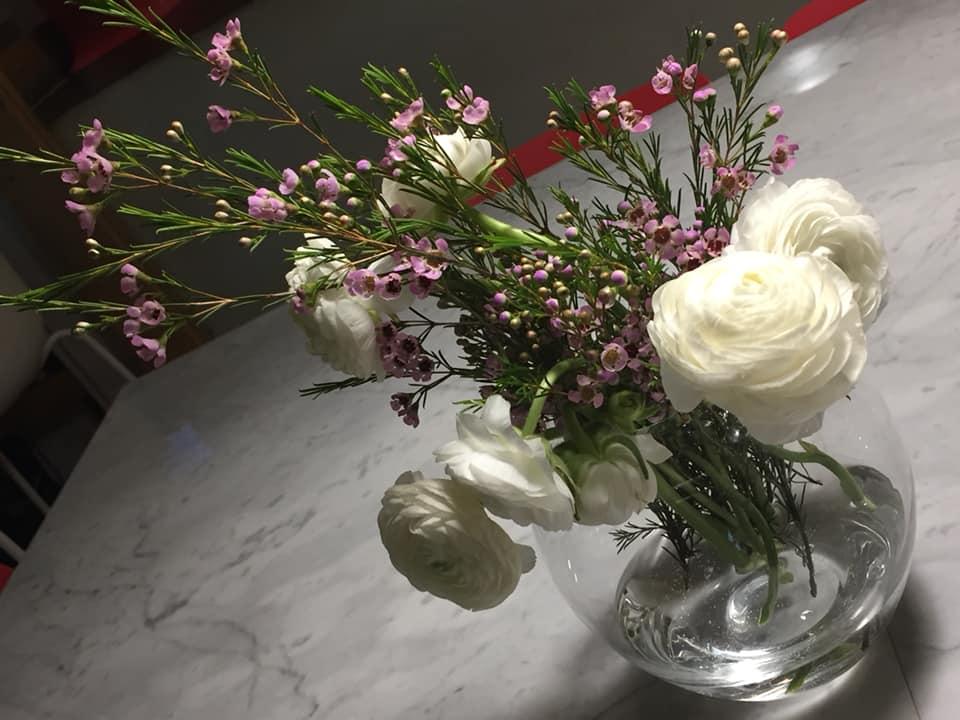 13 Salumeria e Cucina, fiori di primavera ai tavoli