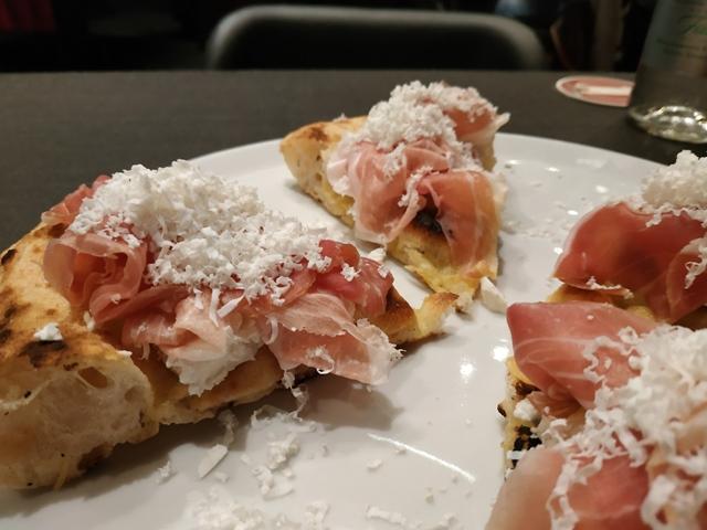 La pizza tonda con ricotta di bufala, prosciutto di Parma 24 msi e ricotta salata