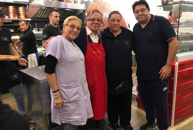 Pizzeria Starita a Materdei - la famiglia Starita con Antonio e consorte e i figli Giuseppe e Mena
