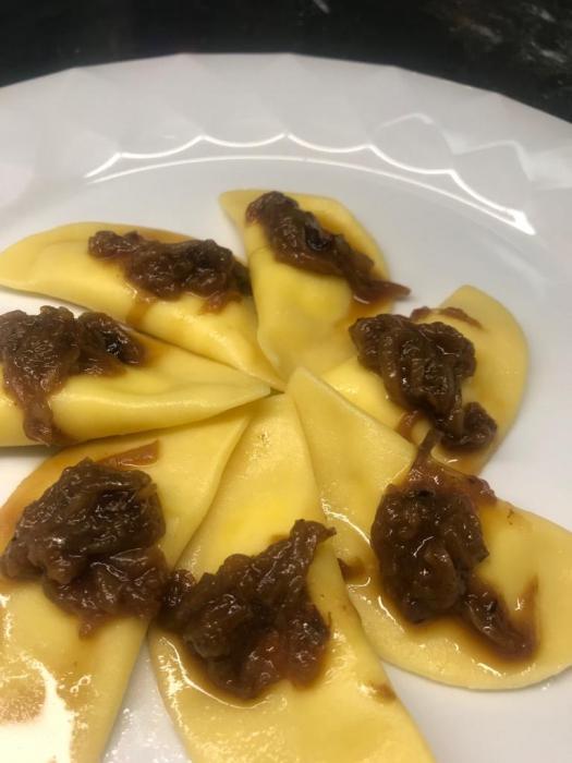 Ravioli di toma di bufala con salsa alla genovese