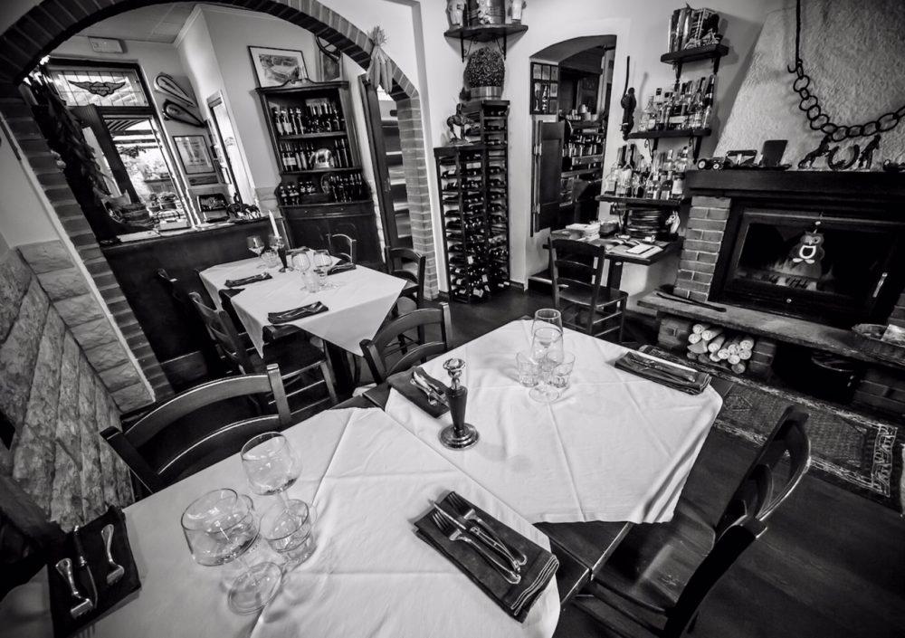 Taverna dei Viandanti, la sala col camino in bianco e nero...