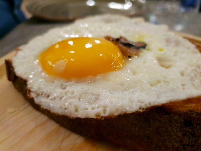bruschetta con crema di patate, uovo e carpaccio di tartufo nero - Locanda Romanelli