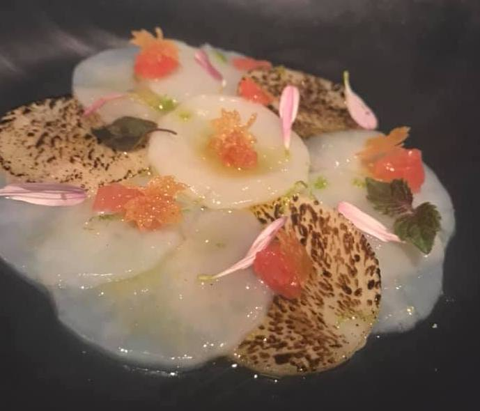 Grand Hotel Parkers. La venere di Botticelli. Carpaccio di capppasanta con topinambur, pompelmo rosa siciliano e salsa di placton marino