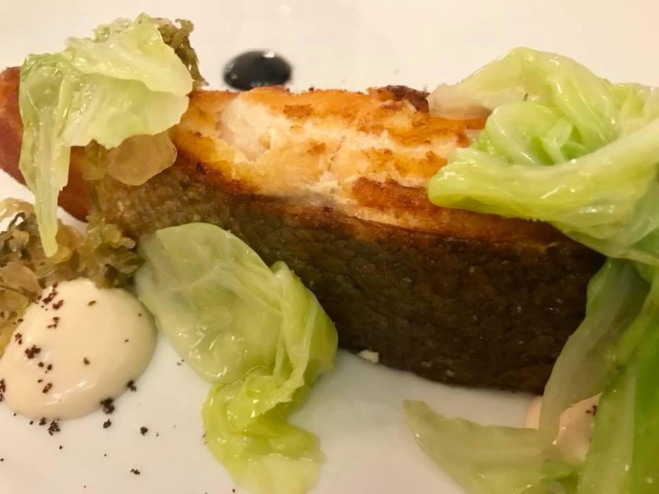 Piazzetta Milu, salmone al sesamo, verza e acciughe