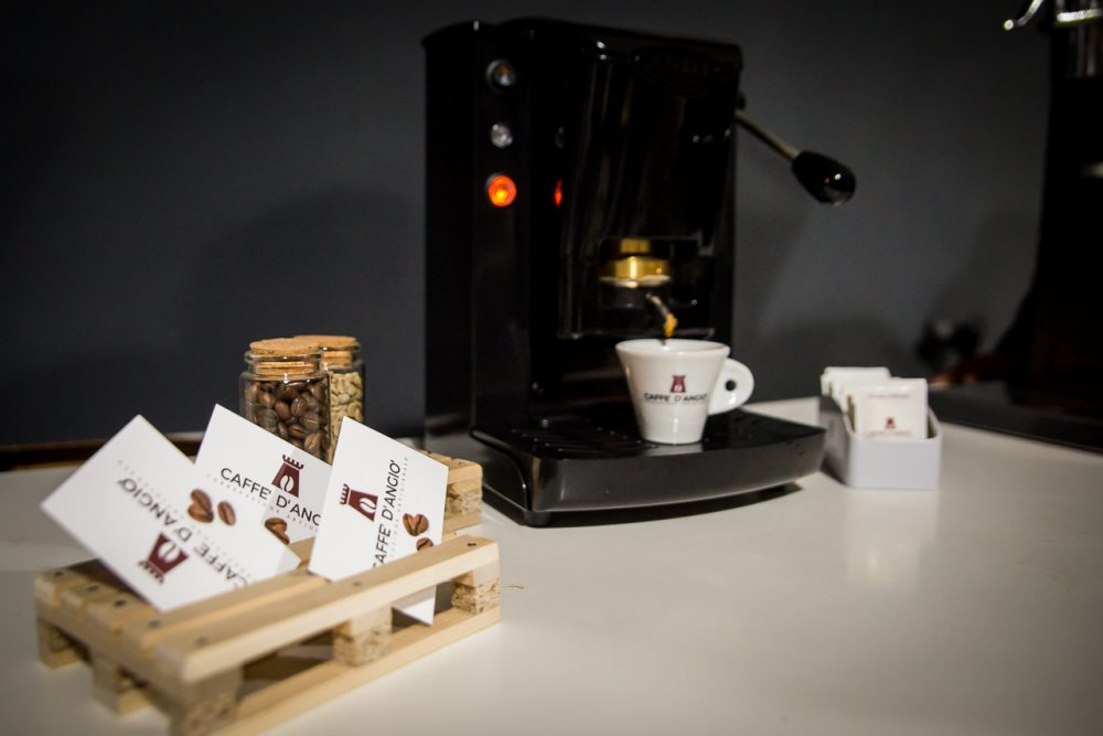 Caffe' D'angio' Torrefazione Artigianale. Macchina per caffe'