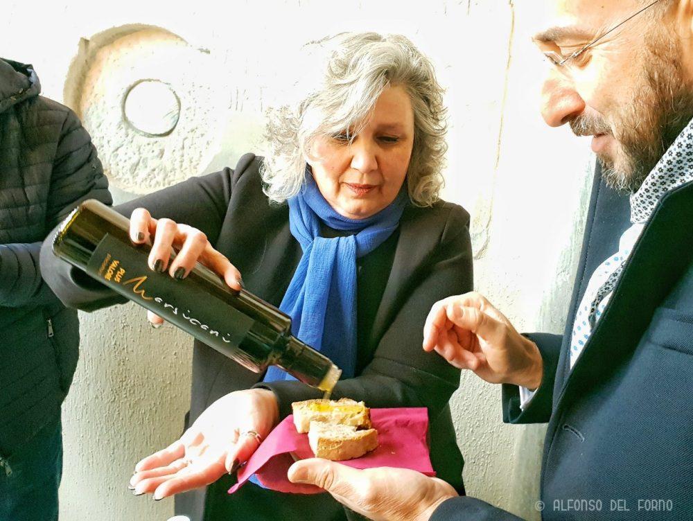 Laura Dal Sacco con gli oli di Marsicani