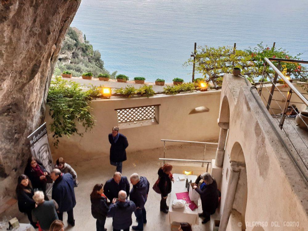 Scorcio dell'Abbazia a picco sul mare della Costa d'Amalfi