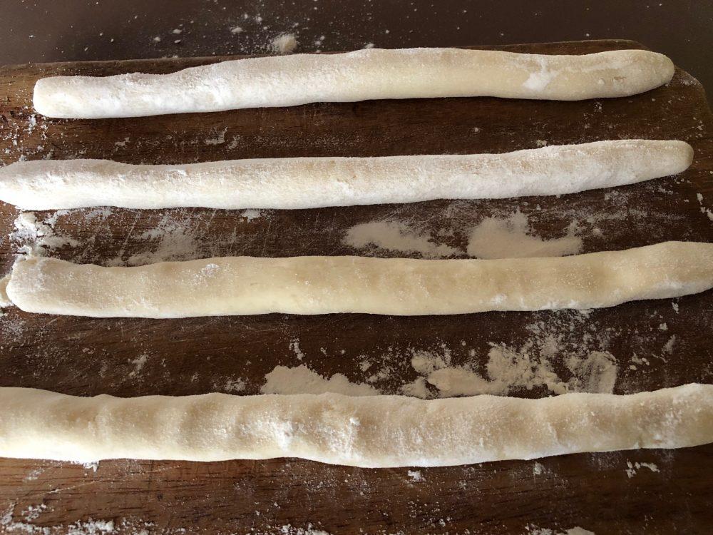 L'impasto di patate e farina diviso in cilindri