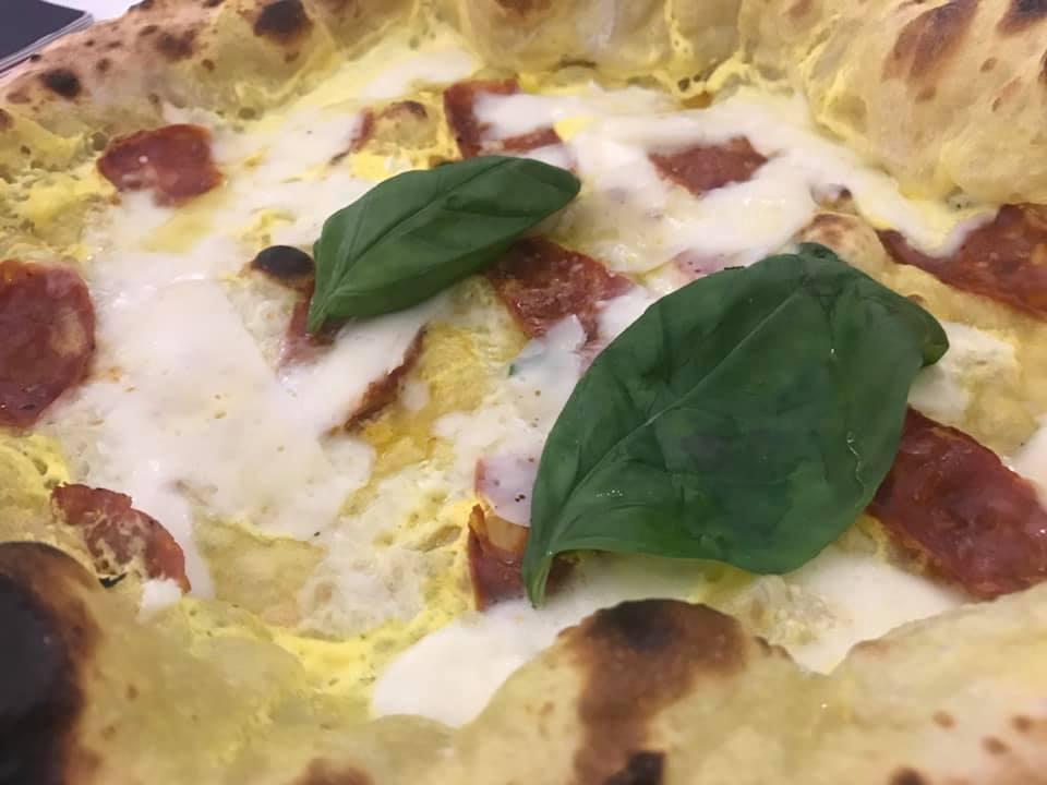 Pizza zafferano e salame piccante