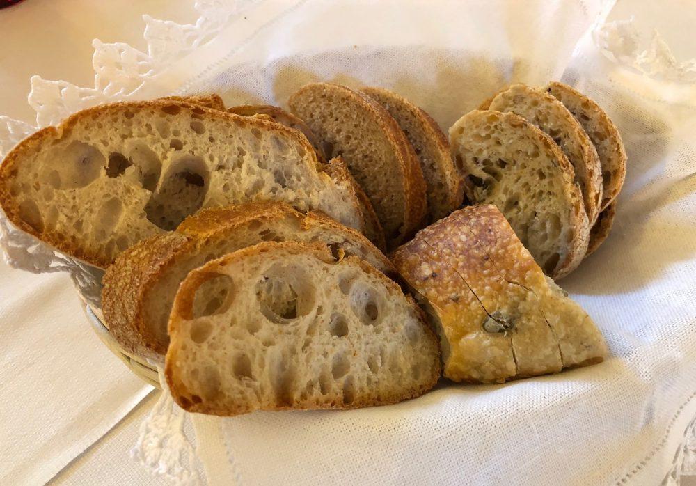 Trattoria Visconti, il cestino del pane di pasta madre