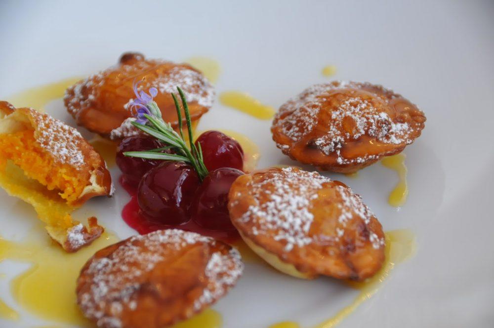 Chef Flavio Costa, ravioli fritti zucca e amaretti, glassati al mandarino, piatto condiviso con Roberto Mostini, autore della foto
