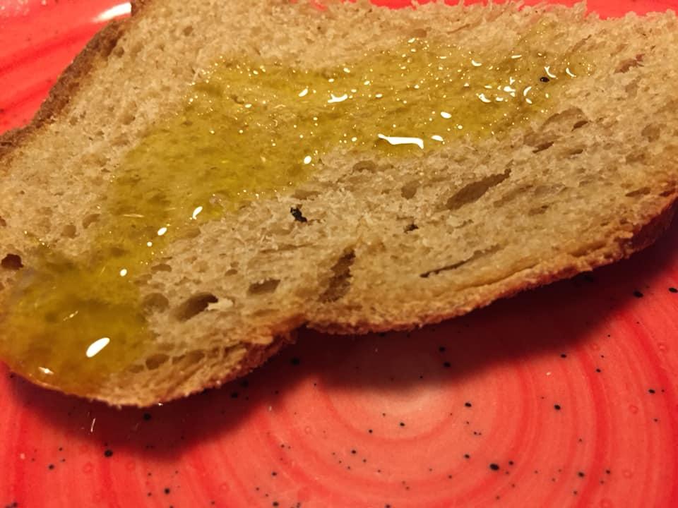 Incartata, pane e olio