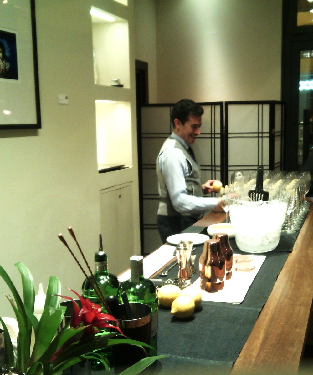 Cena a Teatro, Salvatore Catiglione all'opera sul cocktail di benvenuto