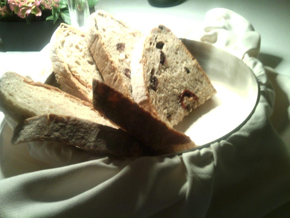 Cena a Teatro, il cestino del pane - pane integrale e farcito di olive e pomodoro