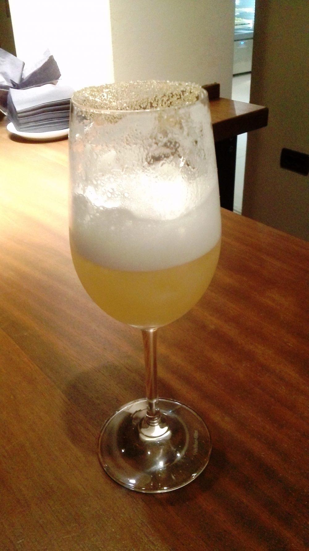 Cena a Teatro, l'aperitivo - purea di mango, succo di lime, cardamomo, gin Tanquerey, champagne Laurant-Perrier