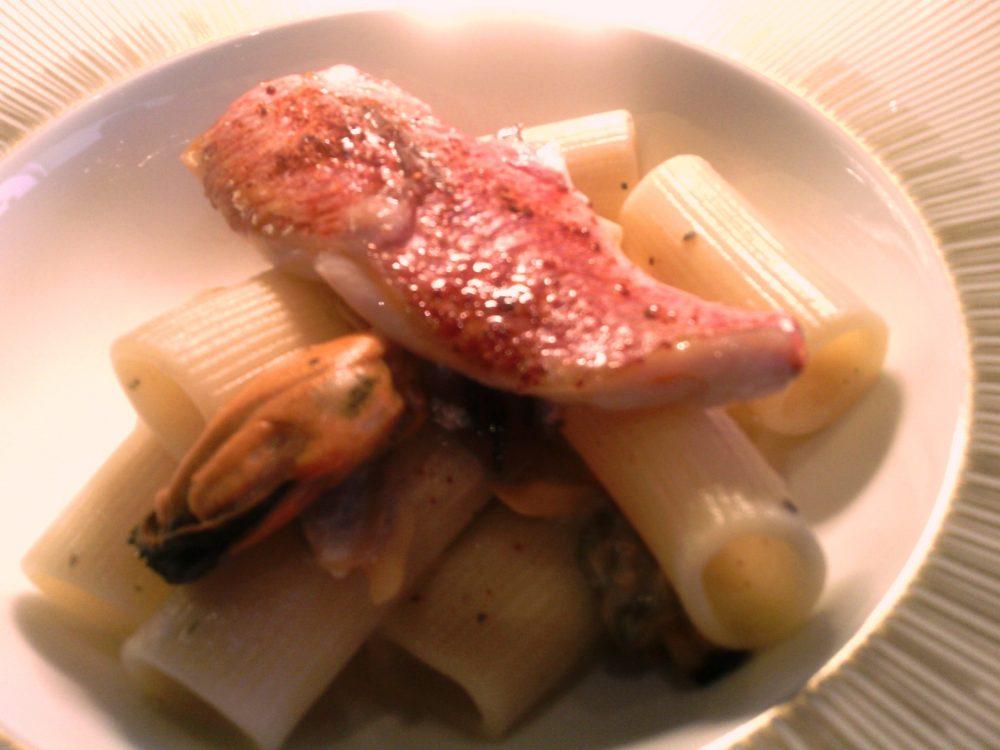 Identita' golose, La Cacio e pesce - Rigatone Romano Il Cappelli Monograno Felicetti, salsa di pecorino primosale siciliano e origano, alici, cozze, vongole, filetto di triglia, cipollotti