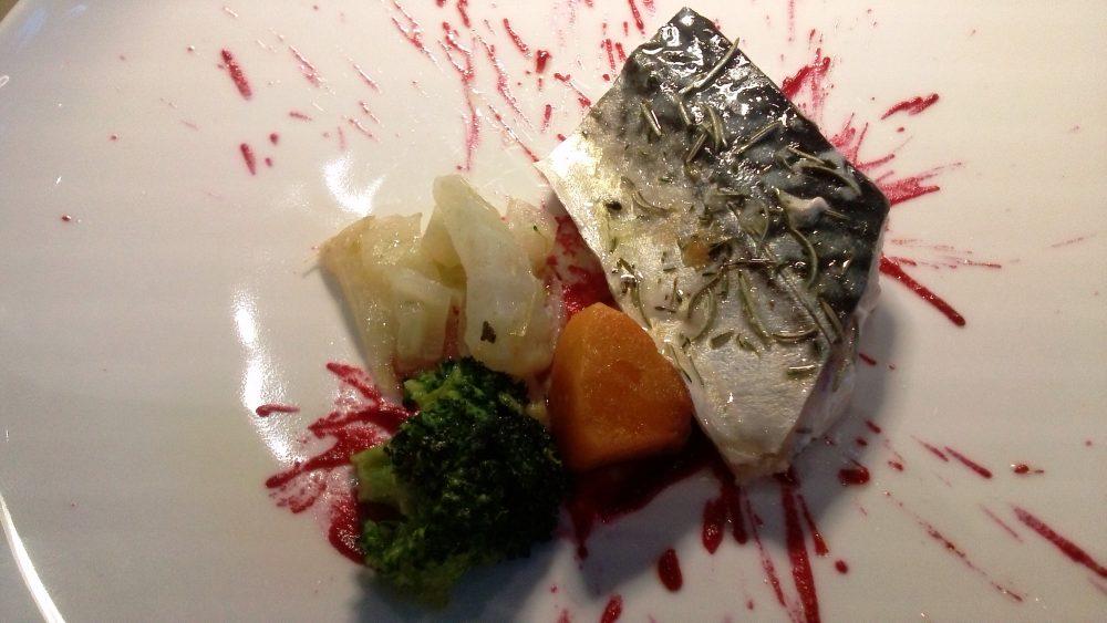 Identita' golose, Dialogo- filetto di sgombro marinato nel miele ed erbe, salsa di rape rosse, zucca gialla, broccolo e finocchio, salsa ai capperi