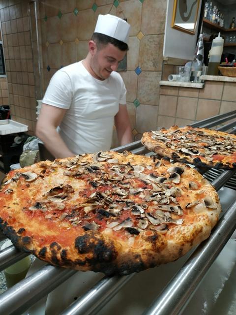 La Gatta Mangiona - la pizza romana rossa con i funghi