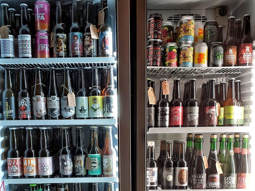Parte della selezione di birre in bottiglia e lattine del Drop