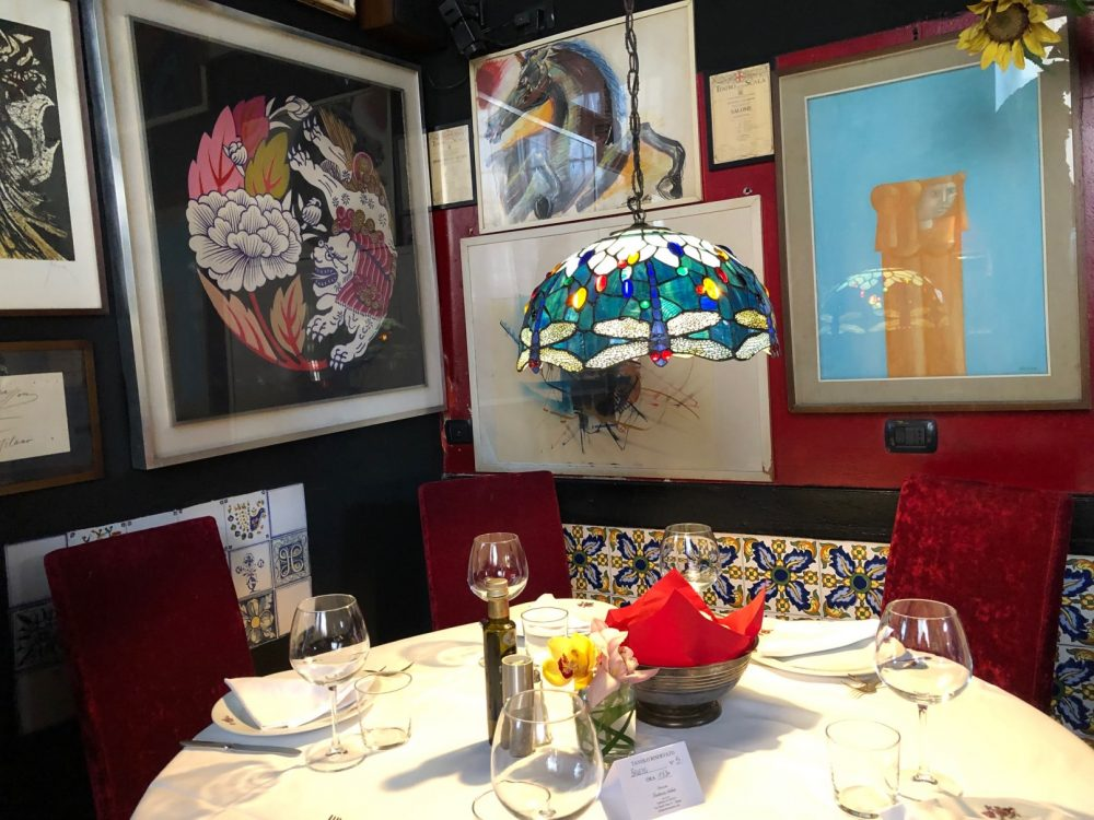 Premiata Trattoria Arlati, il lampadario artistico sul tavolo