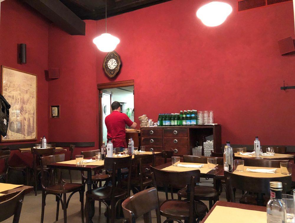 Trattoria da Pino, la sala da pranzo in rosso...