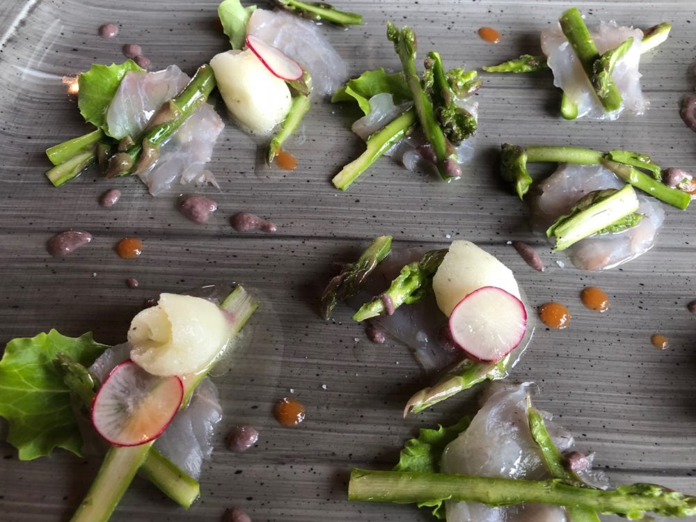 Sashimi di branzino, asparagi e sorbetto al mojito