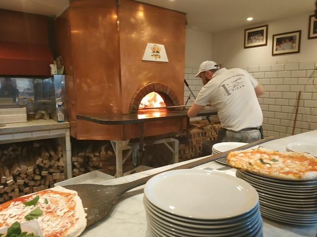 Da Michele - i pizzaioli davanti al forno