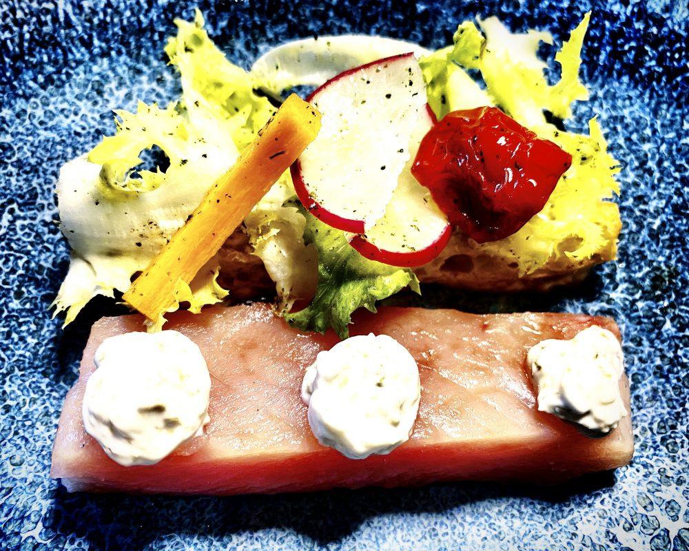 Veritas Restaurant, Palamita marinata con Bruschetta, Yogurt ai capperi e Insalata mediterranea