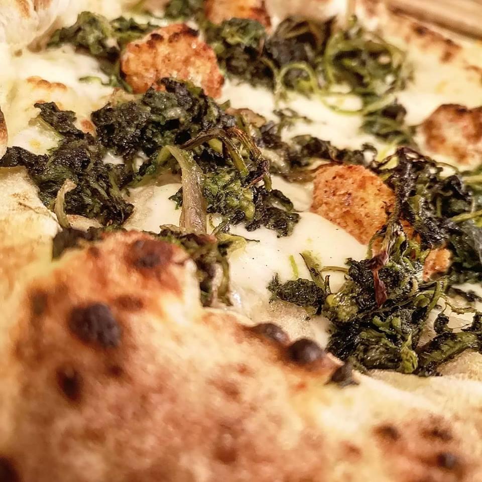 Le Grotticelle. Pizza cicoria e polpette di baccalà