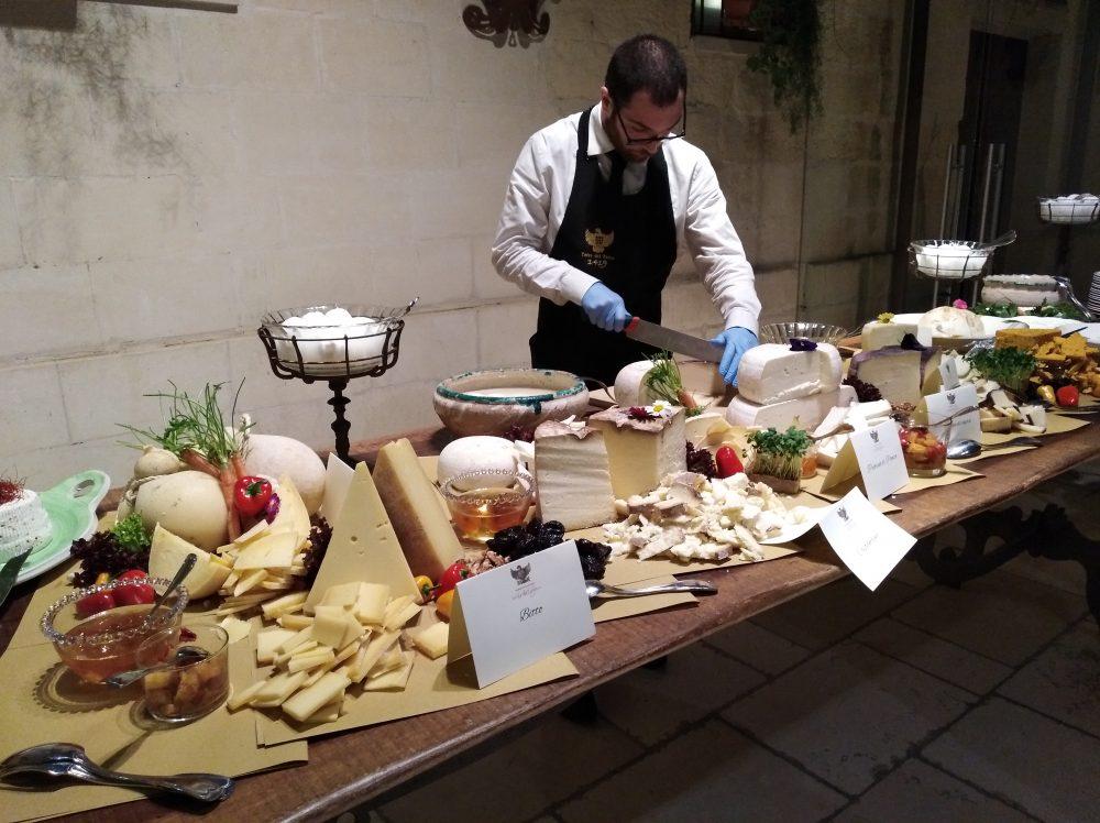 Presentazione vini Conti Zecca tavolo dei formaggi