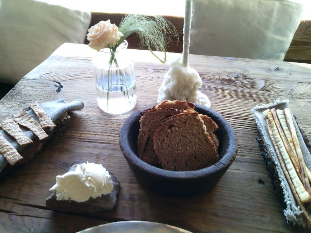 Sanbrite, il pane - pane armeno senza lievito, grissini al latte, pane integrale e alle patate, burro mantecato all'olio EVO