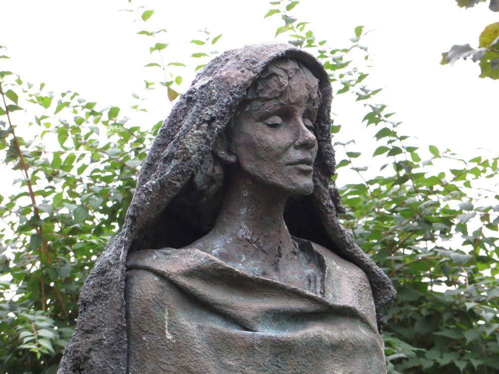 Scultura di Hildegard nel giardino dell'Abbazia